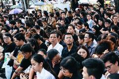 BANGKOK THAILAND - Oktober 14,2016: Det thailändska folket deltar i till Graen Arkivbild