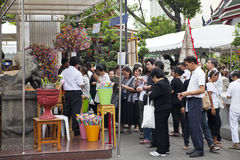 Bangkok Thailand - Oktober 25, 2013: Det thailändska folket donerar bankno Royaltyfri Foto