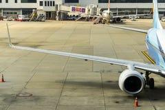 Bangkok, Thailand - 29. Oktober 2015: Die Flugzeuge am Anschluss von Don Mueang Internation Airport (DMK) Stockbilder