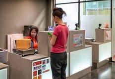 BANGKOK, THAILAND - OKTOBER 16: Een niet geïdentificeerde vrouwelijke klant verscheept een doos bij de teller van Kerry Express T royalty-vrije stock foto