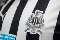 BANGKOK, THAILAND - OKTOBER 18: Embleem van de club van de Newcastle Unitedvoetbal op officieel Jersey op 18,2017 Oktober Royalty-vrije Stock Foto's