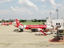 BANGKOK, THAILAND - 18. OKTOBER 2013: Flugzeuge auf Flugplatz des Flughafens Don Mueang Lizenzfreies Stockfoto