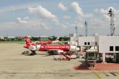 BANGKOK, THAILAND - 18. OKTOBER 2013: Flugzeuge auf Flugplatz des Flughafens Don Mueang Stockfotos