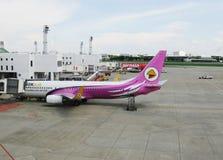 BANGKOK, THAILAND - 18. OKTOBER 2013: Flugzeuge auf Flugplatz des Flughafens Don Mueang Stockbilder