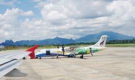 BANGKOK, THAILAND - 18. OKTOBER 2013: Flugzeuge auf Flugplatz des Flughafens Don Mueang Lizenzfreies Stockbild