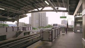 BANGKOK, THAILAND - OKTOBER 2017: Het gaan en het aankomen treinen bij Skytrain-Post in Bangkok stock videobeelden