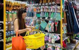 BANGKOK THAILAND - OKTOBER 15: Kunden shoppar för kök suppl Royaltyfri Foto