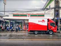 BANGKOK THAILAND - OKTOBER 10: Lantbrukarhemleveranslastbilen levererar nya inventarier för lämpligt lager för lokal 7-Eleven i B arkivfoto