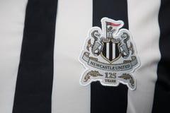 BANGKOK THAILAND - OKTOBER 18: Logo av Newcastle Unitedfotbollklubban på en officiell ärmlös tröja på Oktober 18,2017 Arkivbilder