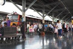 BANGKOK THAILAND - Oktober 2015: Många personer reser med drevet på den Bangkok järnvägsstationen (Hua Lamphong i thailändskt spr Arkivbilder