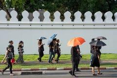 Bangkok Thailand - Oktober 14, 2016: Medborgare som går runt om Gr Arkivfoton