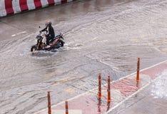 BANGKOK, THAILAND - OKTOBER 14.2017: Mening van Thaise vloed bij ratchada-Ladprao Road, opstopping Stock Foto