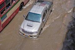 BANGKOK, THAILAND - OKTOBER 14.2017: Mening van Thaise vloed bij Road ratchada-Ladprao en opstopping Stock Afbeelding