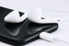 Bangkok, Thailand - 28. Oktober 2016: Nahaufnahme earpods auf iPhone Stockbilder