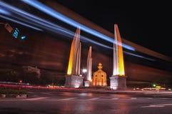 BANGKOK THAILAND - Oktober 2009: Nattsikt av demokratimonumentet på Oktober 30, 2009 i BANGKOK, THAILAND Arkivbilder