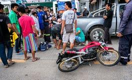 BANGKOK THAILAND - OKTOBER 14: Räddningsarbetare får arbeta till som Royaltyfri Fotografi