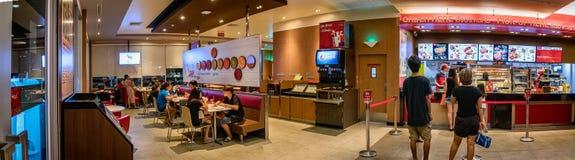 BANGKOK THAILAND - OKTOBER 15: Restaurang s för lokalKFC snabbmat Arkivbilder