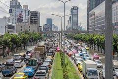 BANGKOK THAILAND - OKTOBER 14,2017: Sikt av den thailändska floden på den Ratchada-Ladprao vägen och trafikstockning Arkivfoton