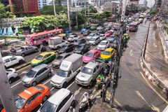 BANGKOK THAILAND - OKTOBER 14,2017: Sikt av den thailändska floden på den Ratchada-Ladprao vägen och trafikstockning i rusningsti Arkivfoton