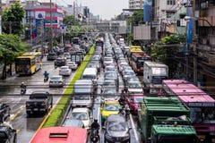 BANGKOK THAILAND - OKTOBER 14,2017: Sikt av den thailändska floden på den Ratchada-Ladprao vägen, trafikstockning Royaltyfri Bild