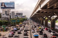 BANGKOK THAILAND - OKTOBER 14,2017: Sikt av den Vibhavadi Rangsit vägen i rusningstid Arkivbild