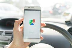 BANGKOK THAILAND - 08 OKTOBER 2018: Stäng sig upp av mannen som rymmer den nya xiaomismartphonen och lanserar den Google Maps app royaltyfria foton