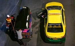 BANGKOK THAILAND - OKTOBER 20: Taxi- och tuktukchaufförer parkerar nex Royaltyfri Fotografi