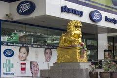 BANGKOK THAILAND OKTOBER 5TH: Förgrena sig kängor på den Sukhumvit vägen, lodisar Arkivbild