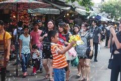 BANGKOK, THAILAND - Oktober 2017: Thailändisches Jungenschießen sprudelt vom Blasengewehr in Chatuchak-Markt Mutter, die Fotos ma stockbild