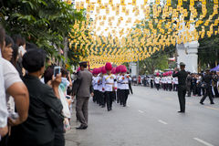 Bangkok Thailand - Oktober 25, 2013: Thailändsk gardistmusikbandmarsch Royaltyfri Fotografi