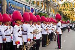Bangkok Thailand - Oktober 25, 2013: Thailändsk gardistmusikbandmarsch Arkivbilder