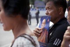 Bangkok Thailand - Oktober 25, 2013: Thailändskt folk på konungnollan Arkivbilder
