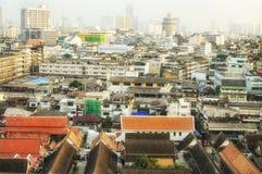 BANGKOK THAILAND - OKTOBER 2013: Vew av Bangkok gammalt stadsområde från det guld- berget eller Wat Sakat på OKTOBER 12, 2013 Arkivfoto