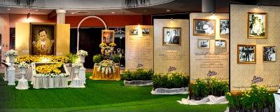 BANGKOK, THAILAND - 15. OKTOBER: Zeichen-Gruß von König Bhumibol Adu lizenzfreie stockbilder