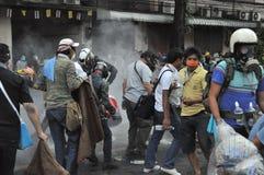 Bangkok/Thailand - 12 02 2013: Protestierender randalieren und nehmen das Stadtpolizei-Haus Hauptquartier Stockbild