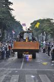 Bangkok/Thailand - 12 02 2013: Protestierender randalieren und nehmen das Stadtpolizei-Haus Hauptquartier Lizenzfreie Stockfotografie