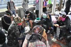 Bangkok/Thailand - 12 02 2013: Protestierender randalieren und nehmen das Stadtpolizei-Haus Hauptquartier Stockfoto