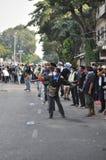 Bangkok/Thailand - 12 02 2013: Protestierender randalieren und nehmen das Stadtpolizei-Haus Hauptquartier Lizenzfreie Stockbilder