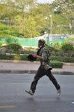 Bangkok/Thailand - 12 02 2013: Protestierender randalieren und nehmen das Stadtpolizei-Haus Hauptquartier Stockfotografie