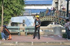 Bangkok/Thailand - 12 02 2013: Protestierender randalieren und nehmen das Stadtpolizei-Haus Hauptquartier Lizenzfreies Stockbild