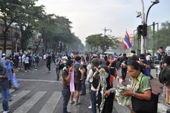 Bangkok/Thailand - 12 02 2013: Protestierender randalieren und nehmen das Stadtpolizei-Haus Hauptquartier Lizenzfreie Stockfotos