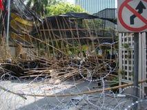 Bangkok/Thailand - 05 05 2010: Röda skjortor som sätts upp barrikader och kvarterhuvudområden runt om centrala Bangkok Royaltyfri Bild
