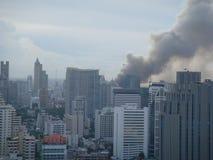 Bangkok/Thailand - 19 05 2010: Rode barricades en de ondernemingen van de Overhemdenopstelling op brand rond Centraal Bangkok stock afbeelding