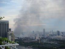 Bangkok/Thailand - 19 05 2010: Rode barricades en de ondernemingen van de Overhemdenopstelling op brand rond Centraal Bangkok stock afbeeldingen