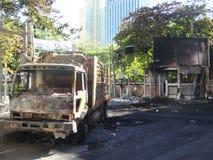 Bangkok/Thailand - 05 20 2010: Ruins lämnas i tomma gator, efter den röda skjortauppsättningen har avfyrat på Sukhumvit Arkivbilder
