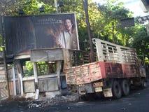 Bangkok/Thailand - 05 20 2010: Ruins lämnas i tomma gator, efter den röda skjortauppsättningen har avfyrat på Sukhumvit Royaltyfria Foton