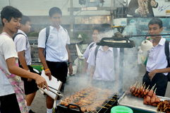 Bangkok, Thailand: Schooljongens die Voedsel kopen Royalty-vrije Stock Fotografie