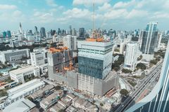 Bangkok, Thailand - 6 Sep, 2018: Bouwwerf van de bureaubouw, winkelcentrum, of communautair wandelgalerijproject stock afbeeldingen