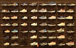 Bangkok Thailand-Sep2018: Nike buty na półce, sporta zakupy sklep obraz royalty free