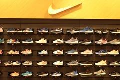 Bangkok Thailand-Sep2018: Nike skor p? hyllan, sport som shoppar lagret arkivbild